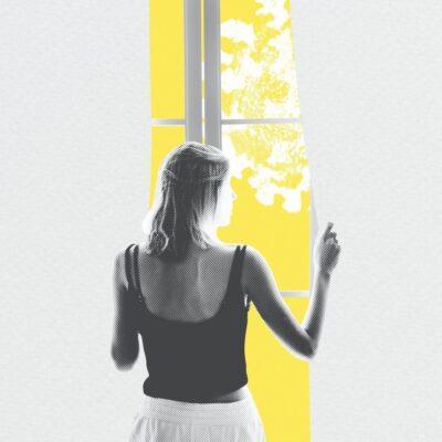 Femme qui regarde à travers la fenêtre, sécurité, femmes